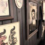 Tattoo Studio mit Bildern auf Holzwand. Tattoo Studio. Innenansicht