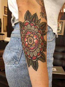 Hilde Neunteufel Tattoo mit Frau und großer Rose