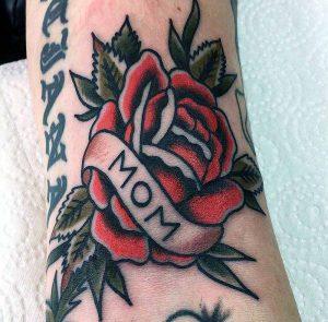 Hilde Neunteufel Tattoo mit Rosenmotiv