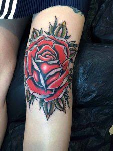 Hilde Neunteufel Tattoo mit Rose am Knie