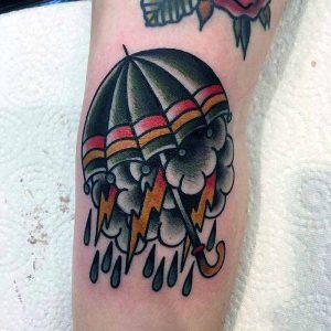 Hilde Neunteufel Tattoo mit Regenschirm