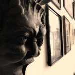 Tattoo Studio mit Holzmaske auf Wand. Tattoo Studio. Innenansicht