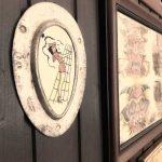Tattoo Studio mit Holzwand und Teller. Tattoo Studio. Innenansicht
