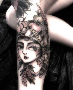 Tattoo mit Frau und Pflanze. Tattoo Studio Wien 1070
